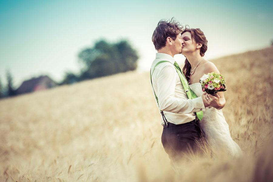 Brautpaar beim Fotoshooting im Kornfeld