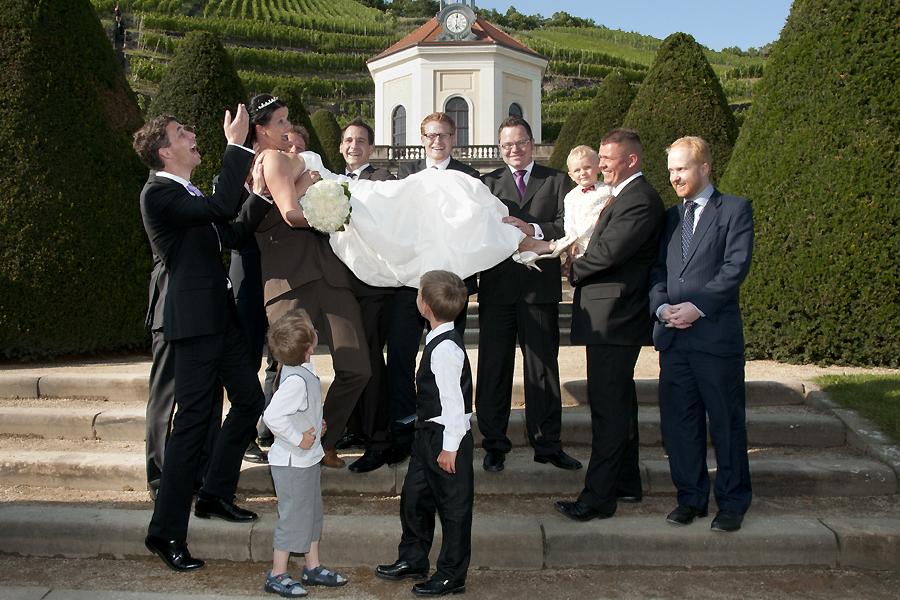 kreative Gruppenfotos zur Hochzeit fotografiert Hochzeitsfotograf aus Leipzig