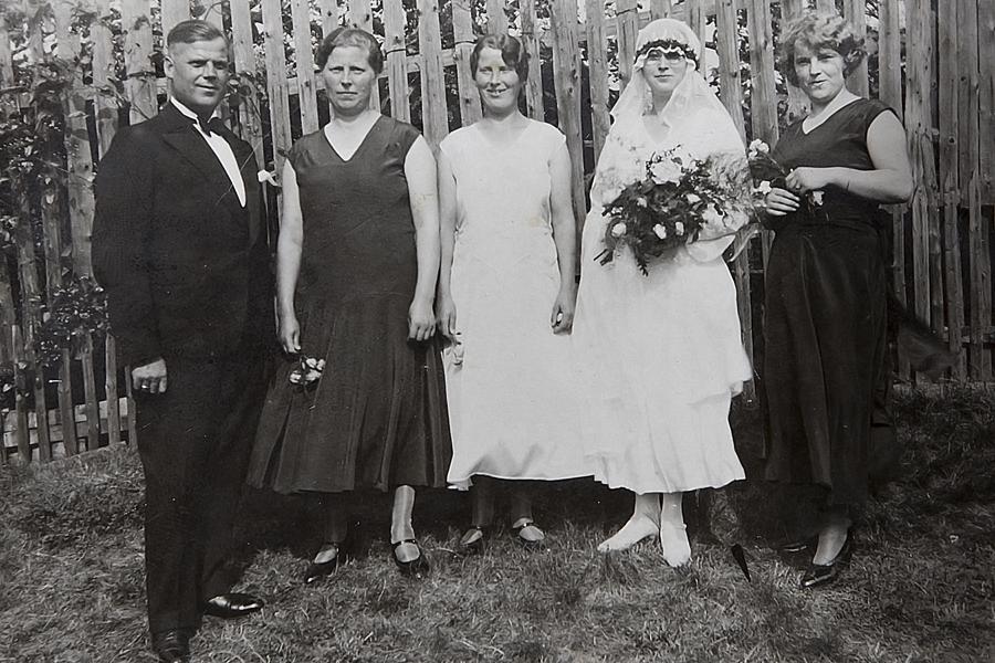 alte Fotoaufnahmen zur Hochzeit Familie historisch