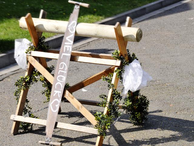 Baumstammsägen Hochzeit Fotograf
