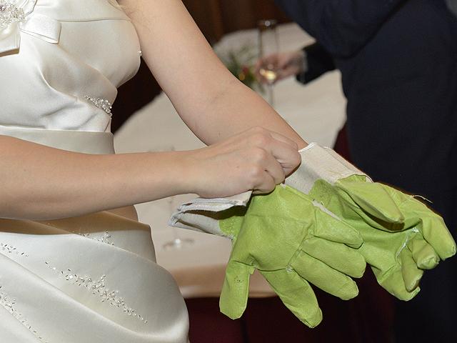 Hochzeitshandschuhe für die Braut fotografiert