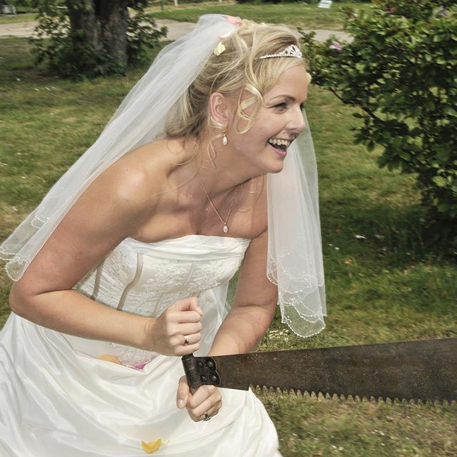 Hochzeit mit Braut und Baumstamm sägen als Hochzeitsbrauch