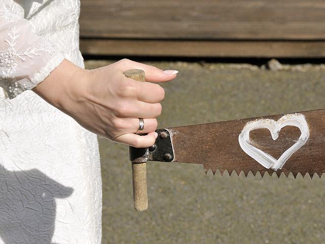 Säge zur Hochzeit ein Symbol mit Hochzeitsfotograf