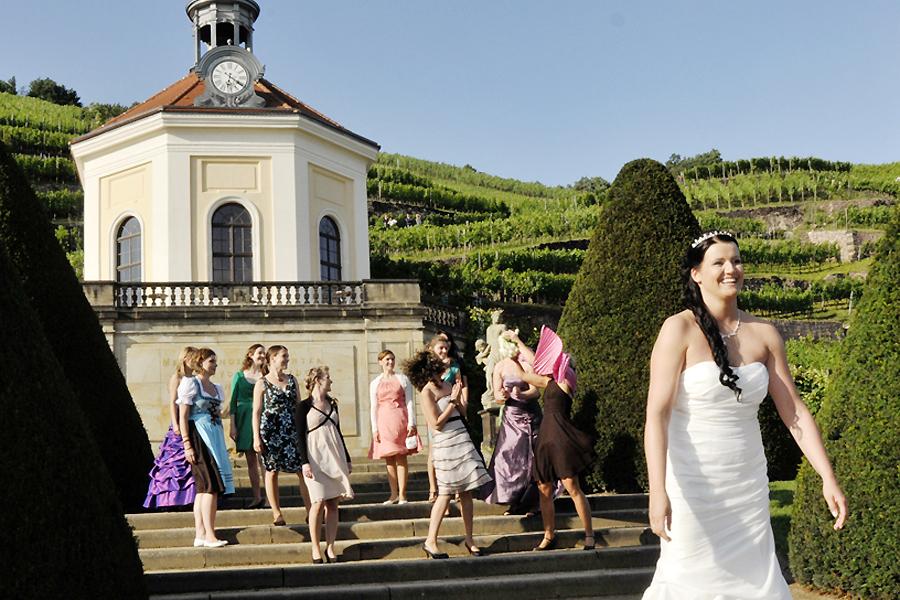 Hochzeitsbrauch Brautstrauss Und Strumpfband Werfen