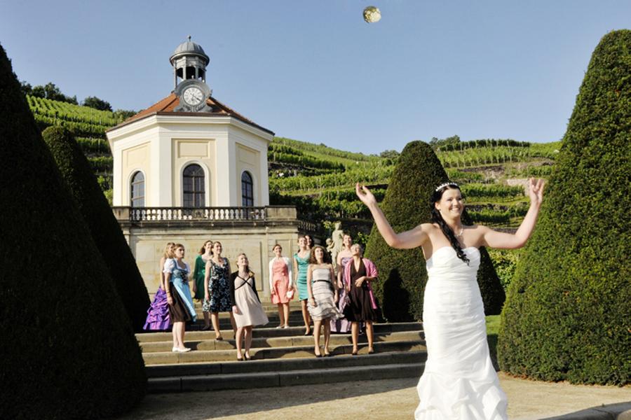 Hochzeitsfotografen auf Schloss Wackerbarth mit Brautstrauß