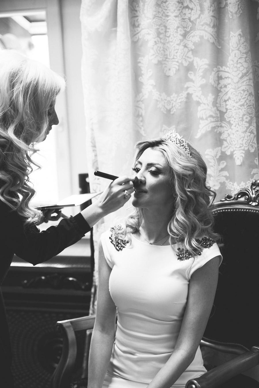 Die Braut wird geschminkt