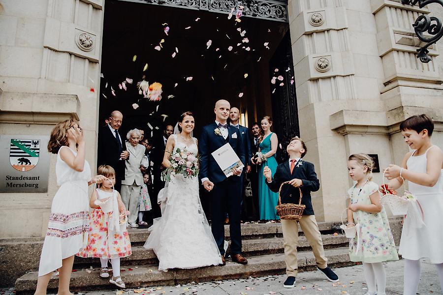 Hochzeitsbrauch Blumen Streuen Und Reis Werfen